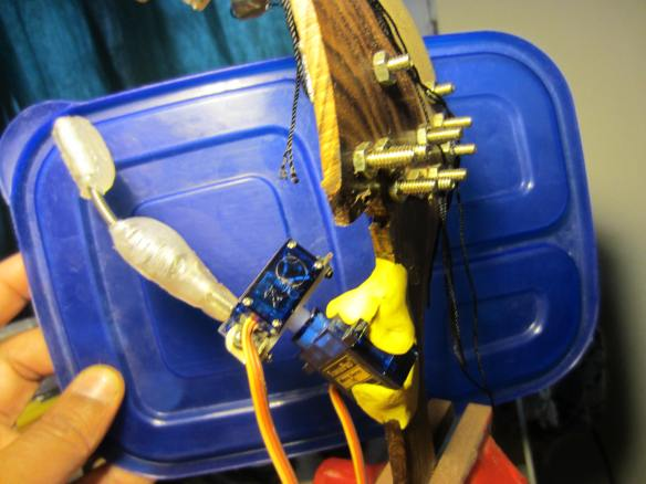 Modified positioning of thumb servos